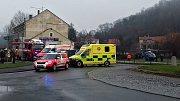U kruhového objezdu ve Slaném srazilo auto starší ženu, řidič ujel.