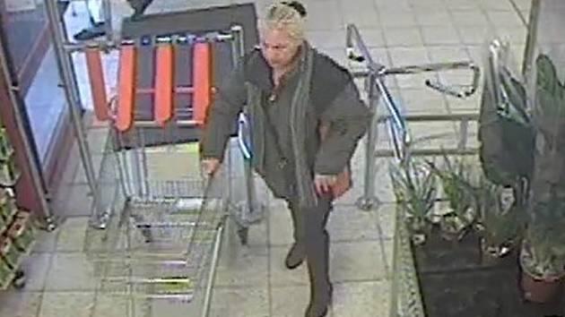 BEZPEČNOSTNÍ KAMERY v obchodním domě zachytily pravděpodobnou zlodějku, která okrádá důchodce už od března.