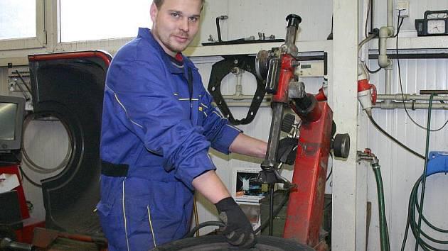 Slánský automechanik Tomáš Zrcek při výměně pneumatik