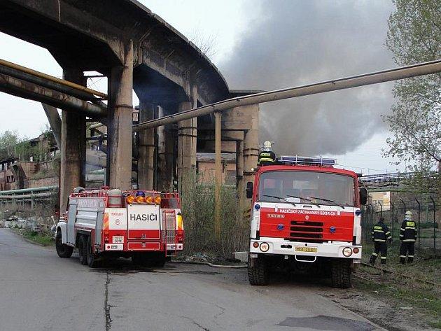 Obrovský požár vypukl ve čtyři hodiny ráno v areálu bývalé huti Koněv.