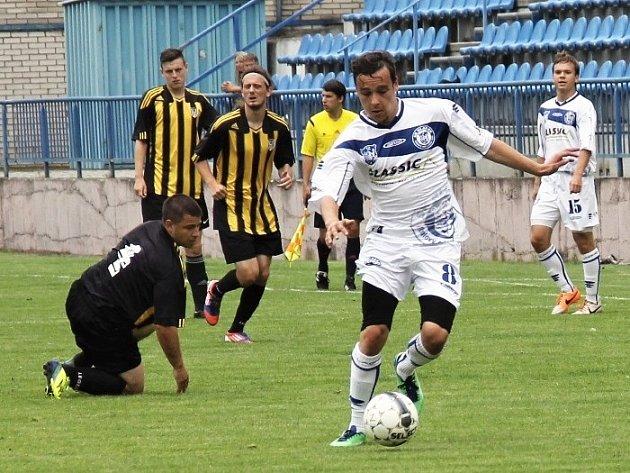 Záložník Kladna Holeček v první půli pěkně obstřelil brankáře a dal na 2:0.