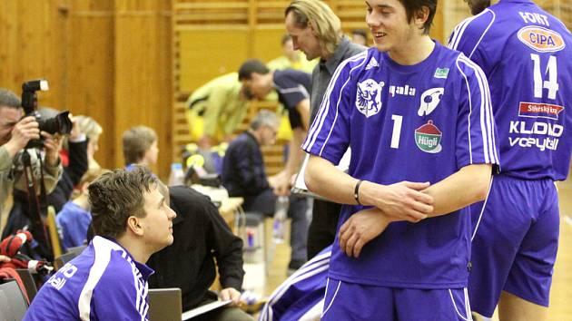 Mladý nahrávač Jan Barák (1) odehrál první celý zápas za Kladno.  V průběhu utkání nepohrdl radami hlavního kladenského nahrávače Branislava  Skladaného (vlevo).