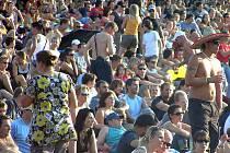 LUCIE BÍLÁ je největším tahákem letošního hudebního festivalu Okoř se šťávou. Louka v podhradí by měla být zaplněna.