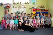 Třída Kuřátka spolu s učitelkami Jitkou Benešovou, Zuzanou Kindlovou a chůvou Vendulou Musilovou.