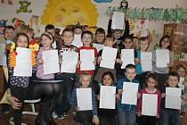 Třída 1. A Miroslavy Golisové ze školy na Komenského náměstí ve Slaném se svým první vysvědčením