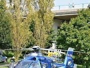Sedmatřicetiletý muž zůstal ležet po pádu ze sítenského mostu bezvládně na trávě v údolí. Jeho zranění jsou velmi vážná.