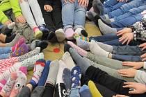 Školáci uspořádali ponožkový den podporu lidí s postižením.