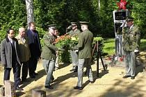 PIETNÍM místům věnují ve Slaném pozornost. Peníze na obnovu hrobů dají zase. Snímek z oslav konce války.