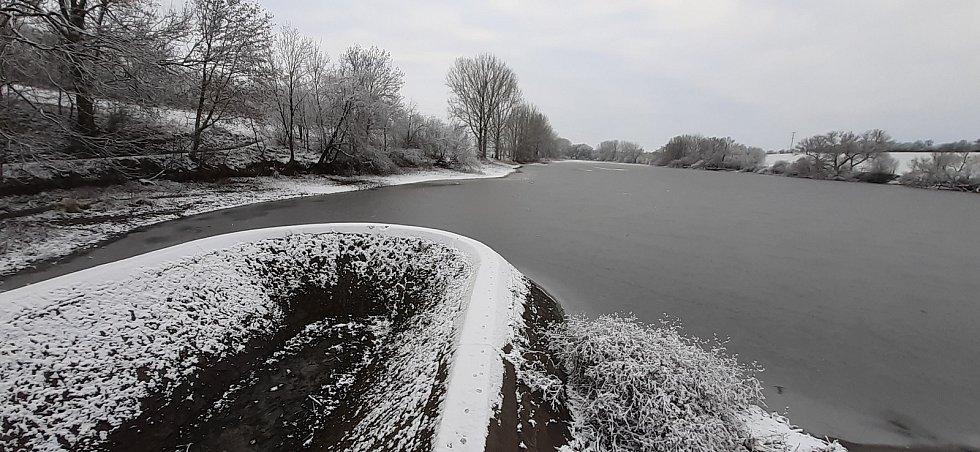 Zasněžený Velký slánský rybník