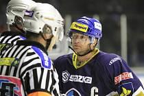 Pavel Patera licituje se sudím Šindlerem, ten byl na kladenské tradičně celkem přísný / Rytíři Kladno - HC Energie K. Vary 3:0, hráno 29. 11. 2012