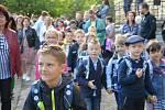 Velvarské školáky přivítala také pilná včelka, děti si užily soutěže i dílničky.