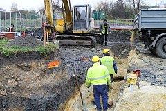 Práce na okružní křižovatce v Kladně Na Cikánce pokračují, dělníci navíc budují kanalizaci pod vozovkou.