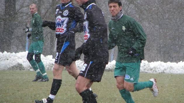 Příprava SK Kladno - Karlovy Vary 3:0. Míč vede Patrik Gross, přihlíží Tomáš Strnad.