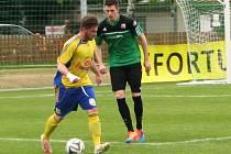 Dan Novák (ve žlutém) je z Dobrovíze, ale mládí prožil v pražské Slavii. Hostouni pomohl vyrovnávacím gólem.