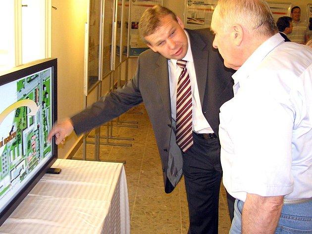 Náměstek primátora  Miroslav Bernášek (vlevo) seznámil opozičního zastupitele Jiřího Landu s projektem výstavby nového pavilonu v kladenské nemocnici.