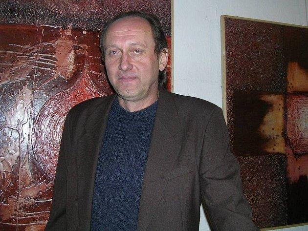 Galerista  a neprofesionální výtvarník Rudolf Görtler u svých zajímavých obrazů tvořených pomocí vosku s pískem.