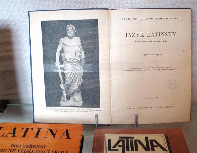 Vystavené učebnice a gramatiky jsou ze současnosti i první poloviny 20. století, nechybí také knihy vydané ve druhé polovině 19. století.