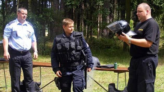Jeden z táborníků si vyzkoušel, kolik váží policejní uniforma.