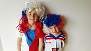 Fotky, jak fandí s dětmi doma, ale i v Bratislavě, poslali Deníku Kulhánkovi.