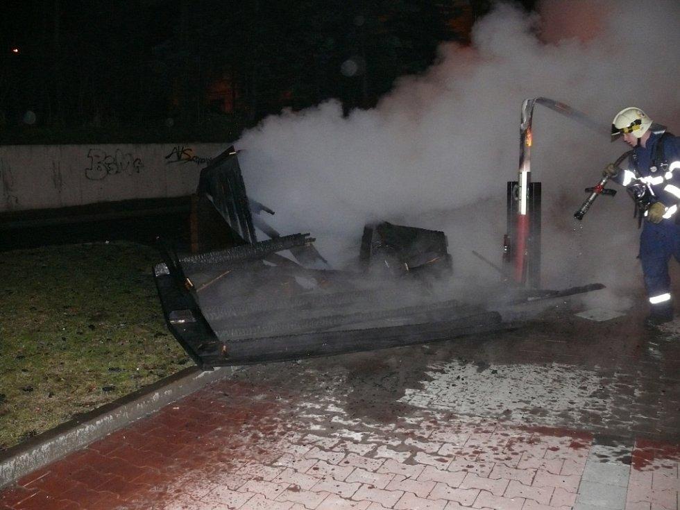 Buňku na parkovišti zapálil neznámý žhář.