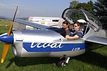 NA SNÍMKU je Pavel Pačes (s brýlemi na čele) při leteckém výcviku