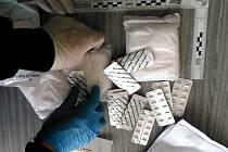 Léky nalezené při prohlídce u dopadené lékárnice.