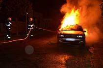 Auto v Buštěhradu někdo pravděpodobně zapálil.