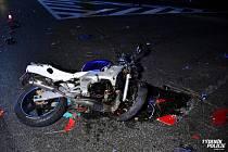 Šestnáctiletého motorkáře po střetu s autem u Unhoště transportoval do nemocnice vrtulník.