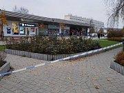 Všechny tři peněžní ústavy GE Money Bank byly evakuovány a území kolem zapáskováno kvůli nahlášené bombě. Na snímku banka na Václaváku v Kladně