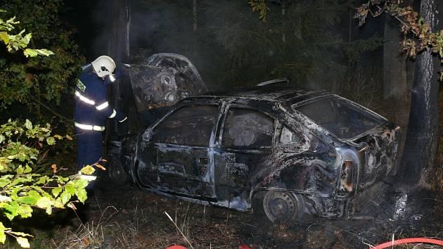 Jeden z automobilů shořel mezi Lány a Novým Dvorem.
