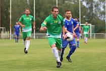 Tatran Rakovník (v zeleném) doma podlehl SK Slaný 1:2 po penaltách. Tady bojuje domácí Borák s Vimrem.
