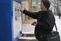 Řidiči zaplatí na novém parkovišti v areálu kladenské nemocnice za delší než dvacetiminutové stání v automatické pokladně.
