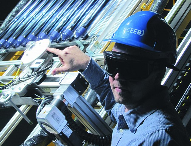 SIMULÁTOR SLUNEČNÍHO ZÁŘENÍ tvoří osm výkonných lamp. Návštěvníkům centra  ho představil vedoucí solární laboratoře Bořivoj Šourek.