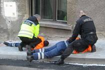 Popeláři se vrhli na muže a na strážníky