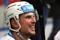 Hokejová extraliga, Kladno (v modrém) ve vánočním zápase hostilo Hradec Králové. Petr Vampola se vrátil do kladenského dresu.