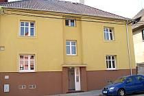 Některé byty v opraveném a zmodernizovaném domě pro seniory ve Velvarské ulici v Kladně–Švermově stále čekají na své nové nájemníky.