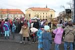 Vánoční zpívání na slánském náměstí, nechyběl betlém Stanislava Berkovce st., živá zvířátka v ohradě a tradiční svařáček. Přišly opět stovky lidí.