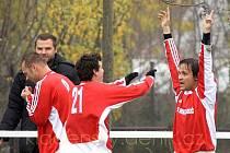 Tradiční hřebečský střelec Petr Čáp (vpravo) slavil takhle kdysi gól v Hrdlívě. Jeho tým na jeho góly moc dlouho čeká.