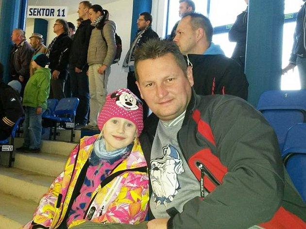František Zaťko s dcerou Natálkou na kladenském hokeji.