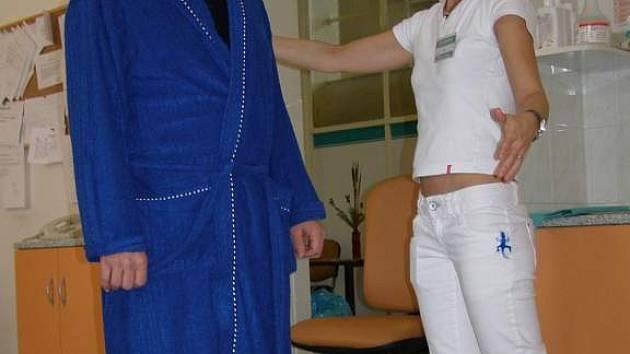 Součástí vyšetření, které pacienti v závraťové ambulanci absolvují je také zjišťování rovnováhy.
