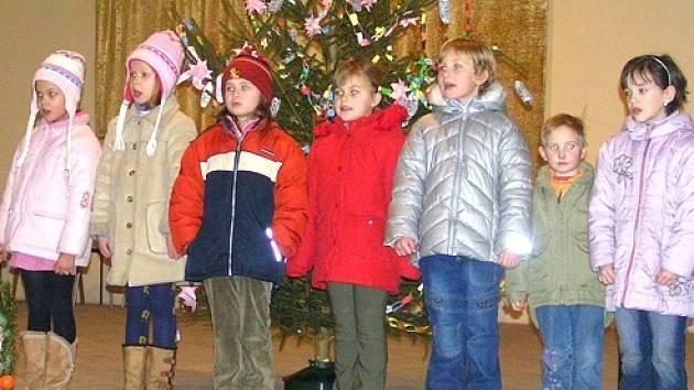 Vánoční atmosféru dokreslily koledy v podání dětí z mateřské školy.