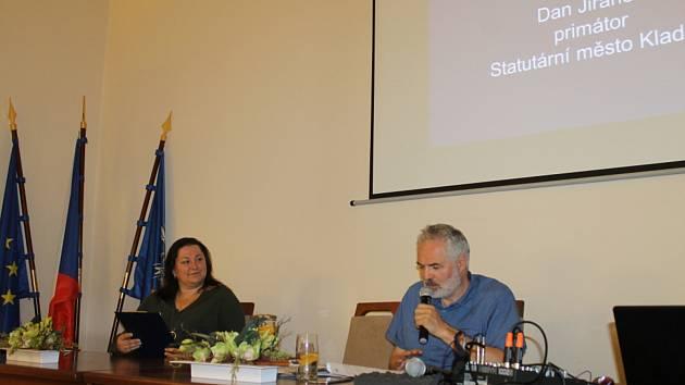Tisková konference k tématu v zasedací síni kladenského magistrátu.