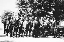 FOTOGRAFIE NA PAMÁTKU. Jednotka povstalců z Lánské obory vyzbrojená loveckými puškami a dvojicí pancéřových pěstí.