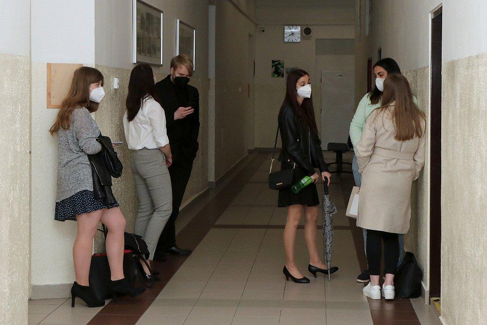 Někteří maturanti se za pomoc při pandemii dočkali odměny, testy psát nemusí.