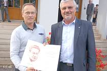 NA PŘÁNÍ Jaroslavy Skleničkové převzali v Letohradu prestižní cenu, která jí byla udělena, ředitel Památníku Lidice Milouš Červencl (vpravo) a nakladatel Ivan Ulrych.