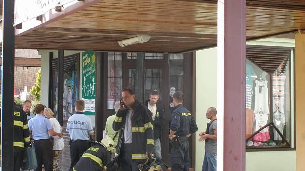 Prodavačku museli z obchodu vysvobodit hasiči.