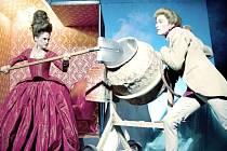 REKONSTRUKCE NÁS NEZASTAVÍ. Divadelní postavy vzaly lopaty a přiložily ruce k dílu. V pokladně Lampionu si mohou lidé  koupit placku s míchačkou.