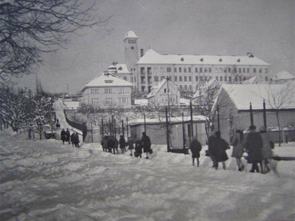Zasněžené Slaný ve 20. letech 20. století: cesta do školy Na Hájích.