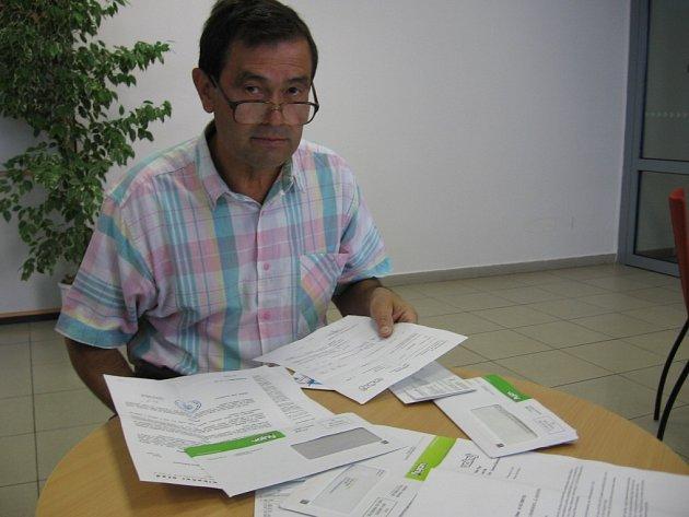 MÁ PROBLÉMY. Václav Pípal je zaplaven fakturami za poskytování internetu, který prý nevyužívá. Smlouvu podle společnosti Volný uzavřel na dva roky.