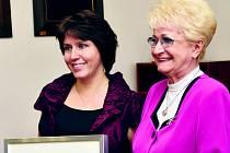 ŽOFIE VOKÁLKOVÁ ŠRÁMKOVÁ na snímku se senátorkou s Miladou Emmerovou.